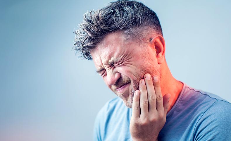 MAXCARE Mann mit Zahnschmerzen